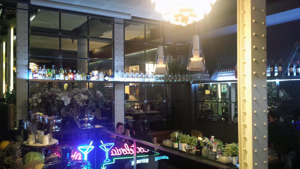 GRANVÍA UNO-la sala Open Bar cuenta con un espacioso comedor informal