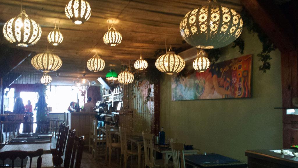 VIVA LA VIDA-espacio principal del restaurante vegetariano con una decoración colorida y multicultural