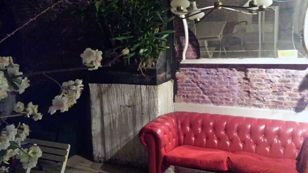 VIVA LA VIDA-sótano del restaurante vegetariano, con una decoración vintage y muy tropical.