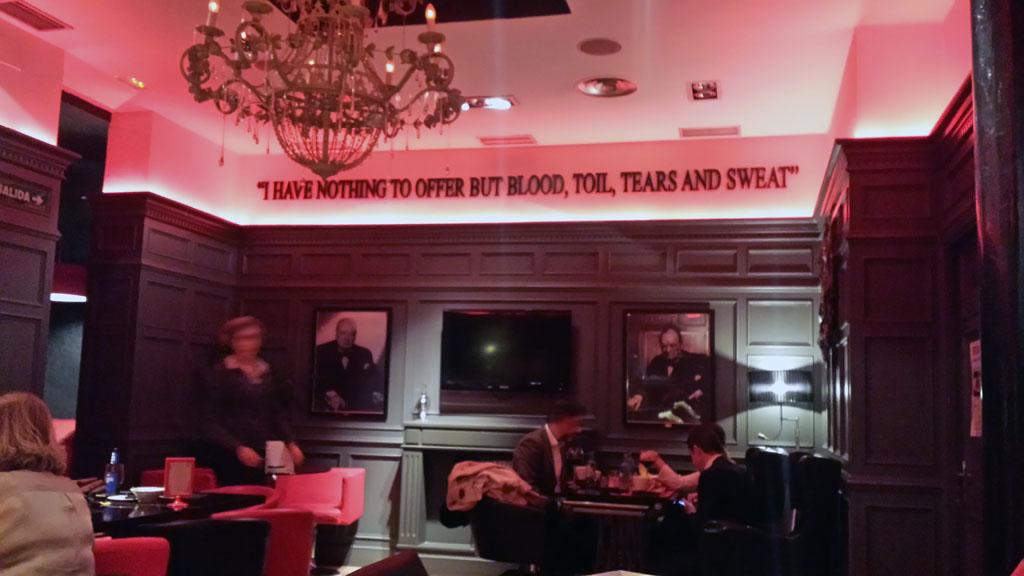 BRISTOL BAR-sala con los retratos de Winston Churchill, gran amante del gin tonic
