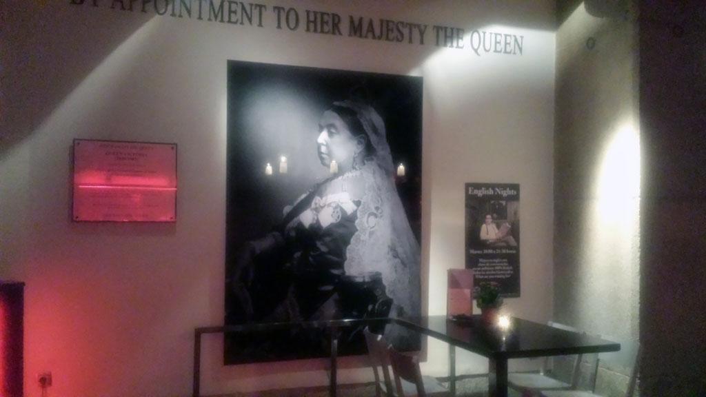 BRISTOL BAR-un enorme retrato de la Reina Victoria preside la entrada de este lugar de culto al gin tonic