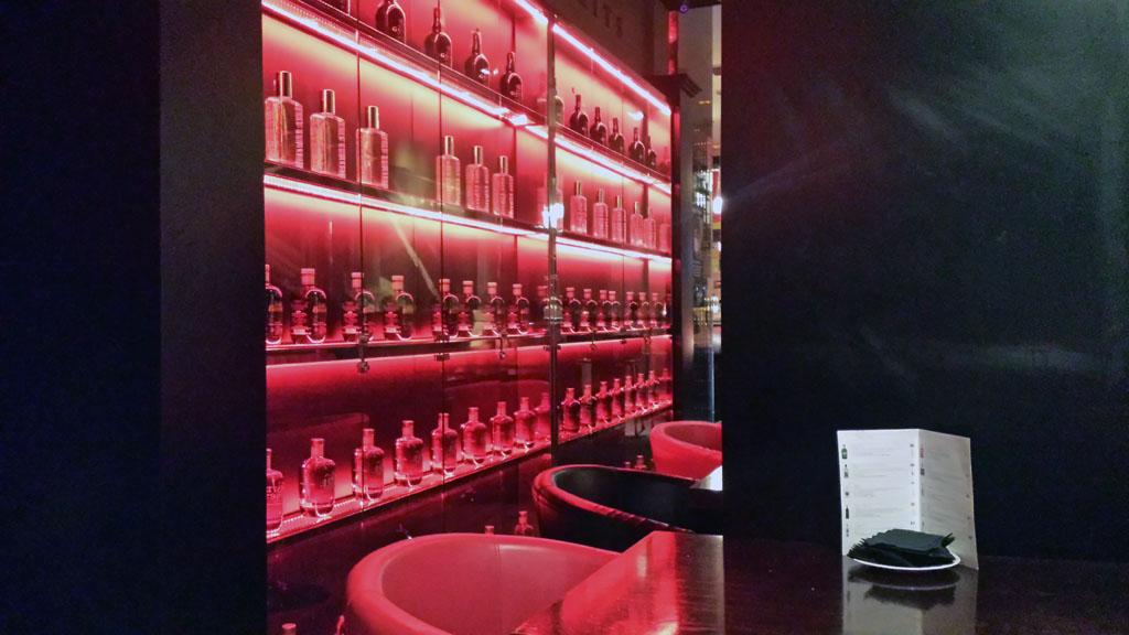 BRISTOL BAR-una gran vitrina con botellas de ginebra Ish con la que preparar un perfecto gin tonic