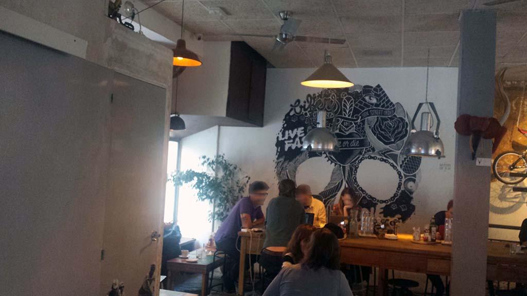 LA BICICLETA-un café con mesas grandes en el barrio de Malasaña que invitan a socializar