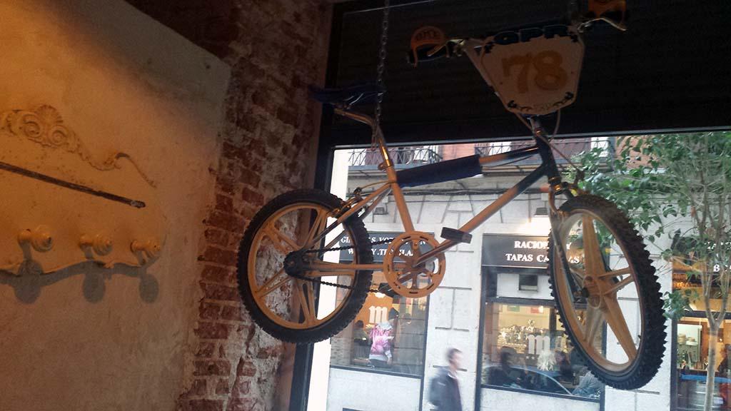 LA BICICLETA-un café en el barrio de Malasaña con una decoración vintage inspirada en el mundo de las bicicletas